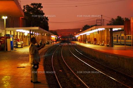 電車を待っての写真素材 [FYI00152442]