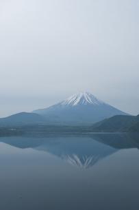 本栖湖に映る富士山の写真素材 [FYI00152702]