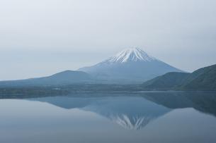 本栖湖に映る富士山の写真素材 [FYI00152710]