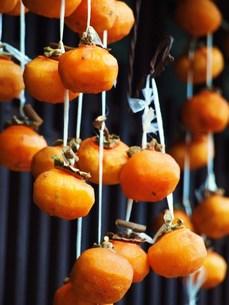 軒先の干し柿の写真素材 [FYI00152892]