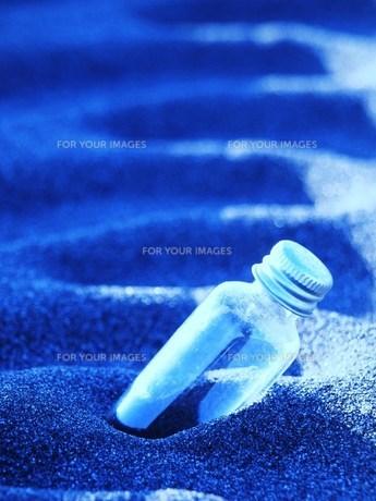 砂浜の小瓶の素材 [FYI00152920]