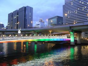 虹色の中之島ガーデンブリッジの写真素材 [FYI00152954]