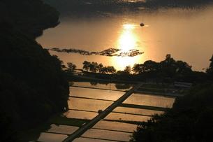 奥琵琶湖夕景の写真素材 [FYI00153028]