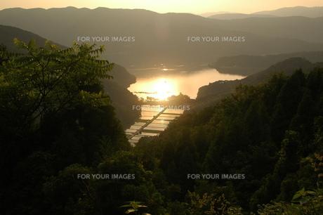 奥琵琶湖夕景、遥かな山並みの写真素材 [FYI00153046]