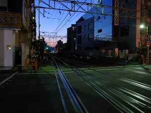 明け方の踏み切りの写真素材 [FYI00153243]