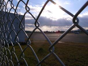 フェンス越しの滑走路の写真素材 [FYI00153262]