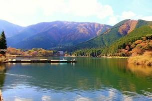 初秋の湖の写真素材 [FYI00153318]