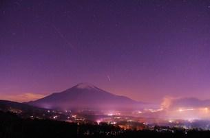 星空の中の富士の写真素材 [FYI00153337]
