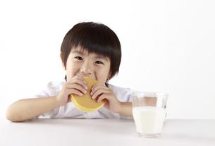 パンケーキを食べる子供の写真素材 [FYI00153363]