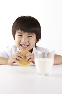 パンケーキを食べる子供の写真素材 [FYI00153386]