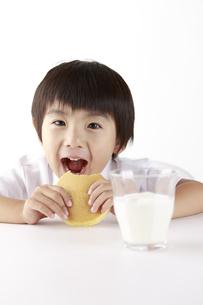 パンケーキを食べる子供の写真素材 [FYI00153387]