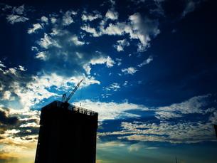 夕方のビル工事の写真素材 [FYI00153457]