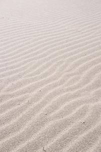 波模様の縞々砂浜の写真素材 [FYI00153559]