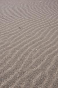 波模様の縞々砂浜の写真素材 [FYI00153575]