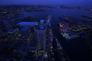 展望台から見た青く輝く夜景の写真素材 [FYI00153648]