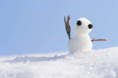 冬のかわいい雪だるまのキャラクターの写真素材 [FYI00153653]