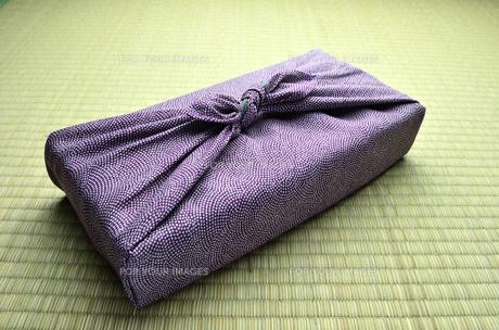 風呂敷包み 紫 畳バックの写真素材 [FYI00153753]