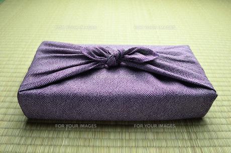 風呂敷包み 紫 畳バックの写真素材 [FYI00153758]