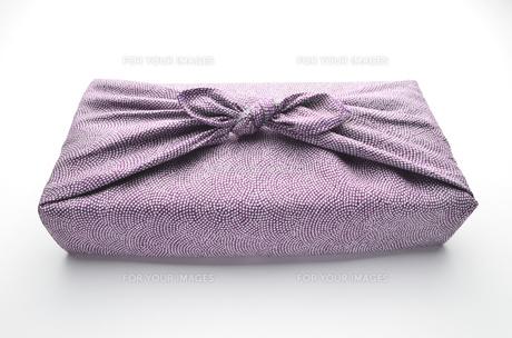 風呂敷包み 紫 白バックの写真素材 [FYI00153761]