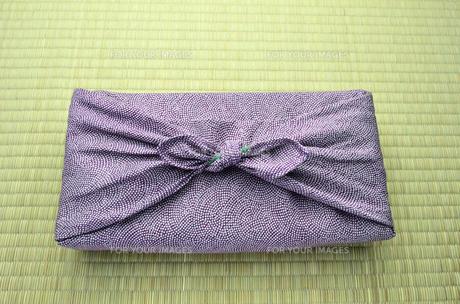 風呂敷包み 紫 畳バックの写真素材 [FYI00153764]
