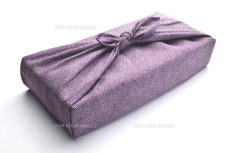 風呂敷包み 紫 白バックの写真素材 [FYI00153766]