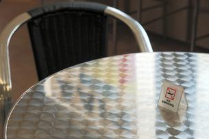 禁煙席メタルテーブルの写真素材 [FYI00153998]
