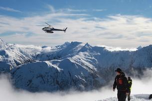 雪山とヘリコプターの写真素材 [FYI00154078]