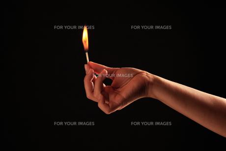 マッチの灯りの写真素材 [FYI00154102]