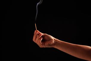 マッチの火を消すの写真素材 [FYI00154104]