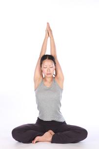 瞑想する美しい女性の写真素材 [FYI00154109]