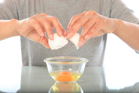 卵を割る女性の手の写真素材 [FYI00154113]