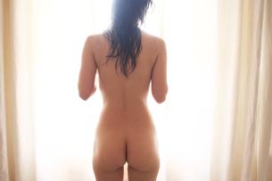 窓辺の女性の写真素材 [FYI00154121]