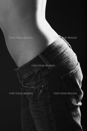 ジーンズを穿いた女性のウェストラインの写真素材 [FYI00154127]