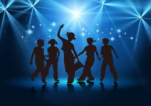 Boys and girls dancingの写真素材 [FYI00154353]