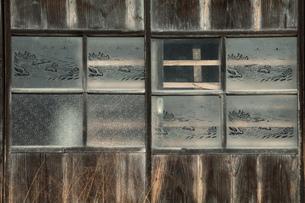 小屋の窓ガラスの写真素材 [FYI00154984]