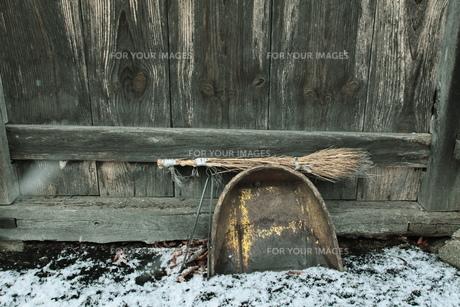 ちりとりとほうきと小屋の写真素材 [FYI00155403]