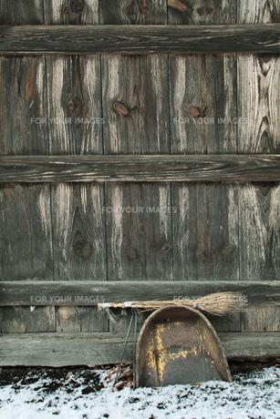 ちりとりとほうきと小屋の写真素材 [FYI00155419]