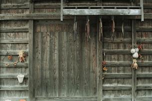 小屋と鮭トバの写真素材 [FYI00155442]