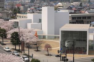 十和田市現代美術館と官庁街通りの写真素材 [FYI00155463]