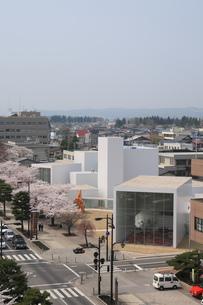 十和田市現代美術館と官庁街通りの写真素材 [FYI00155465]