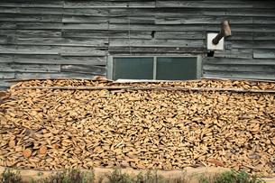 小屋と薪と煙突の写真素材 [FYI00155475]