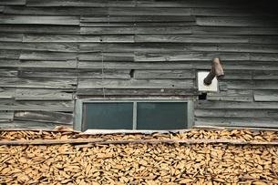 小屋と薪と煙突の写真素材 [FYI00155476]