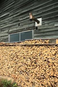 小屋と薪と煙突の写真素材 [FYI00155486]
