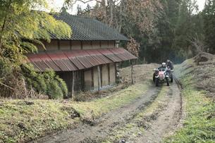 小屋とトラクターの写真素材 [FYI00155563]