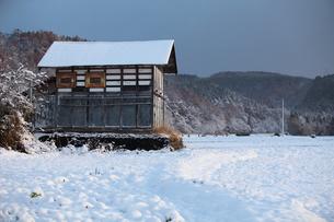 初雪の小屋の写真素材 [FYI00155639]