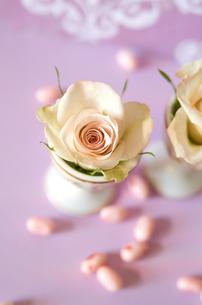 お菓子と卵入れにアレンジしたバラの写真素材 [FYI00155996]