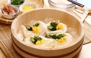 桶で涼しく素麺の写真素材 [FYI00156078]