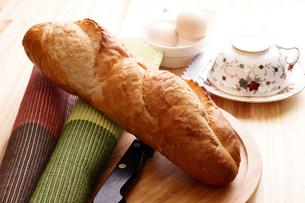 フランスパンで朝食の写真素材 [FYI00156139]