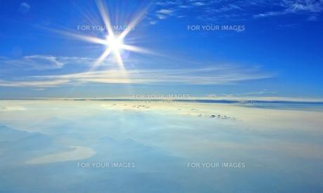 富士山山頂にて 眩しい太陽と雲海の写真素材 [FYI00156158]