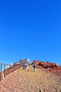 富士登山 もうすぐ剣が峰 最後の難関の写真素材 [FYI00156167]